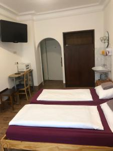 A bed or beds in a room at Hotel Pension Schmellergarten