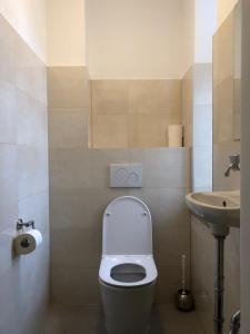 A bathroom at Hotel Pension Schmellergarten