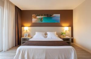 A bed or beds in a room at Helios Benidorm