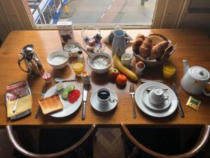 Breakfast options available to guests at Hotel Museumzicht