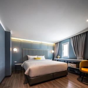 A bed or beds in a room at The Mulberry Bangkok Khaosan Road