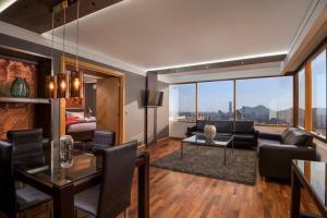 Uma área de estar em Boulevard Suites Ferrat