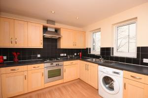 A kitchen or kitchenette at Town or Country - Clench B