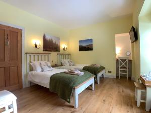 A bed or beds in a room at Ewich House B&B