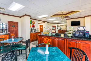 A restaurant or other place to eat at Quality Inn Russellville