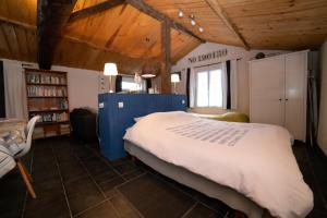 A bed or beds in a room at Au Passage du Gois
