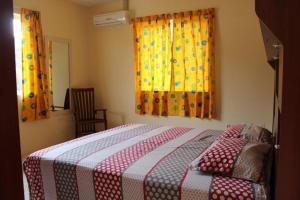 Cama ou camas em um quarto em KUNUKU-ABOU APARTMENTS CURAÇAO (A)