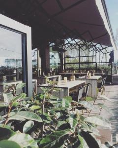 Een restaurant of ander eetgelegenheid bij Lakeside Paradise Sport Hostel