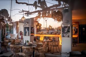 A restaurant or other place to eat at Hôtel La Reine Jane