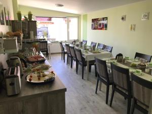 A restaurant or other place to eat at Bed & Breakfast Pension Legden