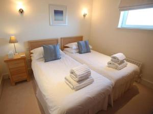 A bed or beds in a room at Jeanneau