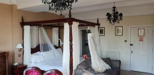 A bed or beds in a room at De Rougemont Manor
