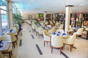 A restaurant or other place to eat at The Jamaica Pegasus Hotel