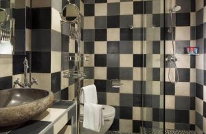 A bathroom at Hôtel du Continent