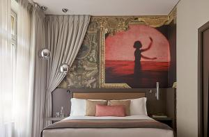 A bed or beds in a room at Hotel Indigo Paris - Opera, an IHG Hotel