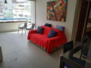 A seating area at Apartamento Itaigara