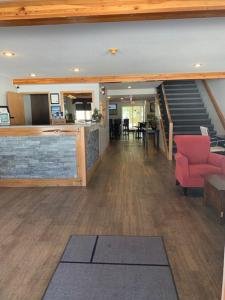 The lobby or reception area at Glacier Mountain Lodge