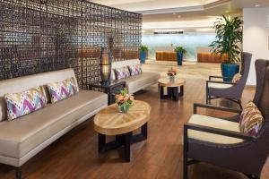 A seating area at Waikiki Beach Marriott Resort & Spa