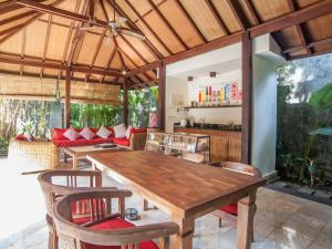 A restaurant or other place to eat at Mango Tree Villas