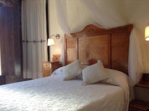 A bed or beds in a room at Casa Rural Pico Espadan