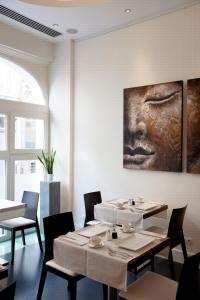 A restaurant or other place to eat at Art de Sejour - B&B