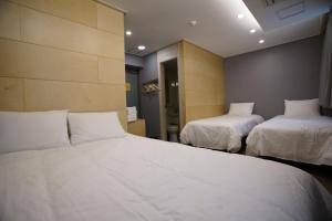 A bed or beds in a room at HOTEL DADA INSADONG