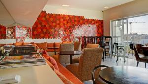A restaurant or other place to eat at Hotel Spot Family Suites