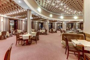 Ein Restaurant oder anderes Speiselokal in der Unterkunft Tourist Hotel