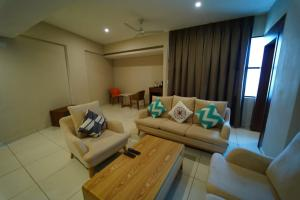 A seating area at Hotel Residenza Samasth Palatial