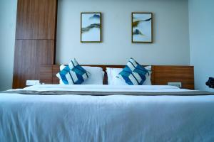 A bed or beds in a room at Hotel Residenza Samasth Palatial