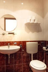 A bathroom at Hotel und Restaurant Peking