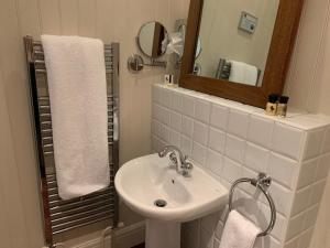 A bathroom at Forest Hotel