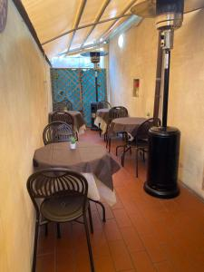 A restaurant or other place to eat at Casa San Tommaso