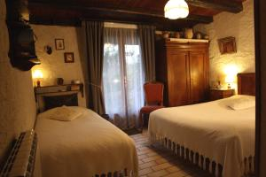 A bed or beds in a room at La Maréchalerie