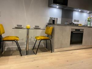 A kitchen or kitchenette at one bedroom private apartment near to town center