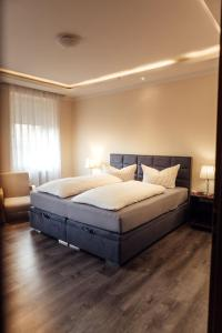 A bed or beds in a room at Hotel und Restaurant Peking