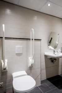 A bathroom at Holiday Inn Eindhoven Centre