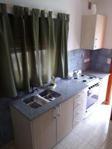 Una cocina o kitchenette en departamento El Tano