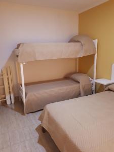 Una cama o camas cuchetas en una habitación  de departamento El Tano