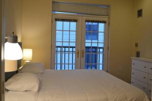 A bed or beds in a room at Luxury Boston Apartment