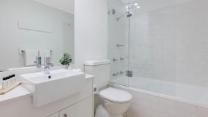 A bathroom at Oaks Sydney Goldsbrough Suites