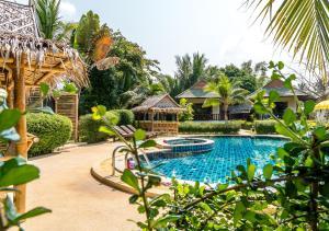 The swimming pool at or close to Phatcharee Resort