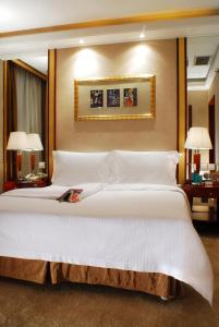 A bed or beds in a room at Mercure Xi'an on Renmin Square