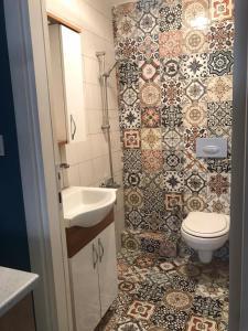 A bathroom at Akin House