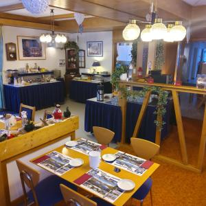 Ein Restaurant oder anderes Speiselokal in der Unterkunft Hotel Alpha