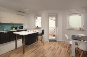 A kitchen or kitchenette at Apartment AleMar