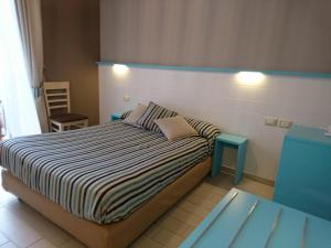 A bed or beds in a room at Hotel La Spiaggia