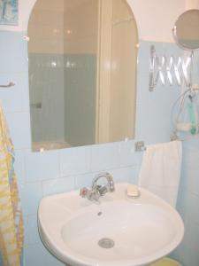 O baie la Kiralyi Central Apartment