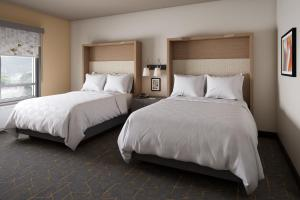 A bed or beds in a room at Holiday Inn - Long Island - ISLIP Arpt East
