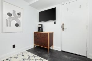 Телевизор и/или развлекательный центр в Sonder — The Wellesley